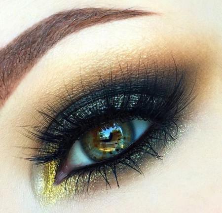 embedded_smokey_eyes_makeup_look_closeup